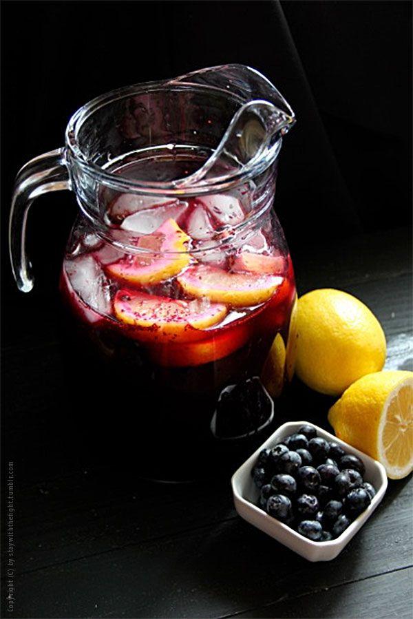 cocktail gl ser gesunder frucht punsch ohne alkohol mit blaubeeren reich an vitamin c. Black Bedroom Furniture Sets. Home Design Ideas